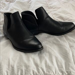 🍀black faux leather ankle boots